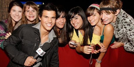 Taylor Lautner with Fans Photo: Chris Polk/Polkimaging.com